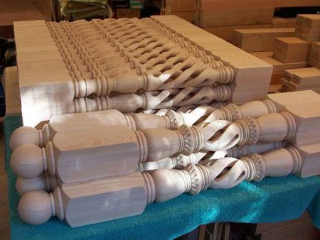 Colonna caposcala tornita per scale con foro centrale in frassino G1001