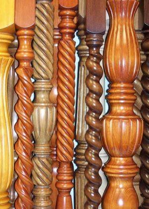 Colonne di legno laccate e trattate in superficie-particolare GS016