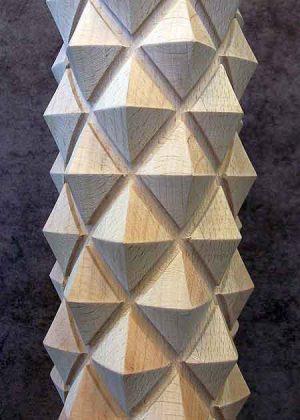 Colonne di legno tornite con decorazione di piramide fresata-particolare GS001